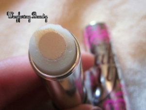 Concealer surrounded by a hydrating formula